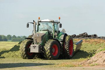 inkuilen met een grote tractor van Tonko Oosterink