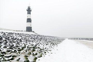 Vuurtoren in de sneeuw (2) van Henk Verstraaten
