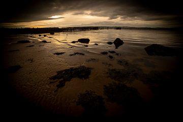 zonsondergang aan de rand van het water van het meer in Schotland van Studio de Waay