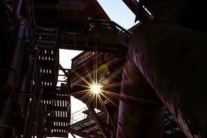fraai tegenlicht in een verlaten fabriek