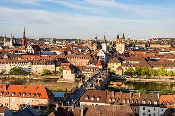 Oude hoofdbrug en de oude binnenstad van Würzburg van Werner Dieterich