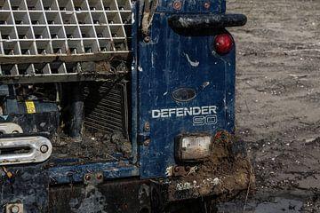 Modderige achterkant van een Land Rover Defender 90 van Astrid Hinderks