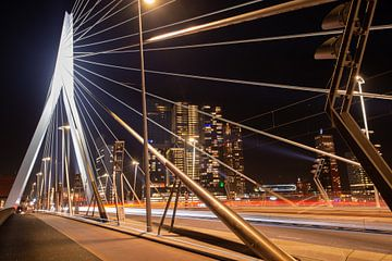Erasmusbrug Rotterdam bij Nacht met de skyline. sur Brian Morgan