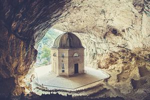 Grotte de la chapelle de Frasassi sur Hidden Histories