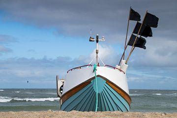 Fischerboot am Strand von Cold Hawaii von Daniela Tchinitchian Photography