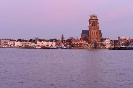 Skyline van Dordrecht met Grote Kerk na zonsondergang
