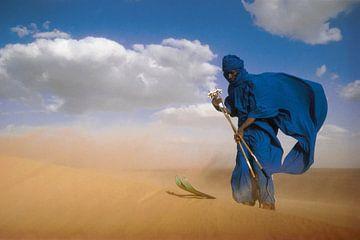 Wüste Sahara. Tuareg auf Skiern. von Frans Lemmens