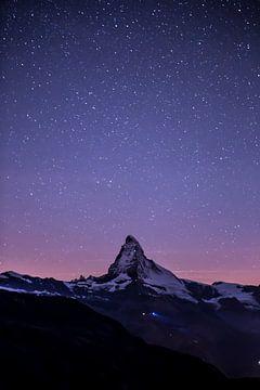 Ciel étoilé au-dessus du Cervin sur