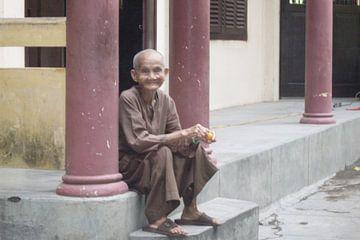 Old monk - Vietnam van Daniel Chambers