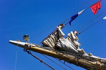 Zeilschip op Sail Amsterdam met rood, blauw en witte zeilen van Alice Berkien-van Mil