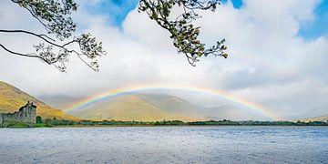 Regenboog bij Schots kasteel van Rob IJsselstein