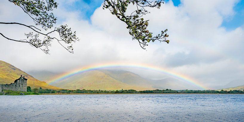 Regenboog bij Schots kasteel von Rob IJsselstein
