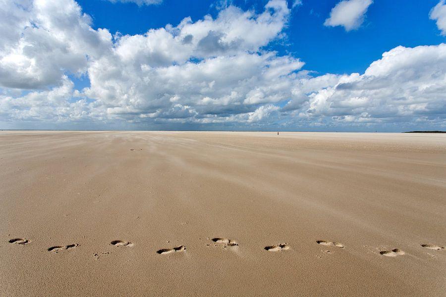 Voetsporen in het zand van het strand nabij de Horspolder