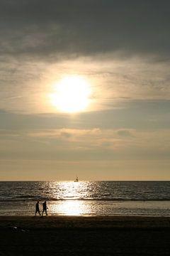 Mensen op het strand in Katwijk van Anouk Davidse
