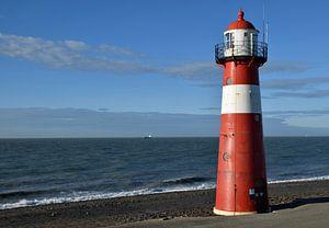 klassischer Leuchtturm an der Meeresküste bei Westkappele, Niederlande