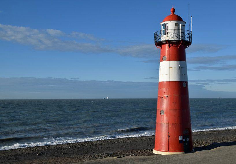 klassischer Leuchtturm an der Meeresküste bei Westkappele, Niederlande von Robin Verhoef