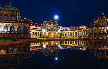 Le soir en ville avec éclairage et réflexion. sur Mustafa Kurnaz