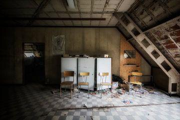 Armoires et chaises sur Aurelie Vandermeren