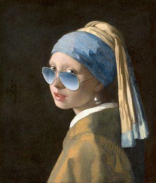 Fille avec la boucle d'oreille en perle et les lunettes de soleil bleues
