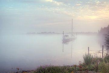 boot in mist bij opkomende zon von Marc Crutzen