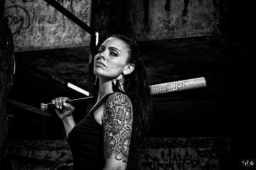 Getatoeëerde vrouw met honkbalknuppel