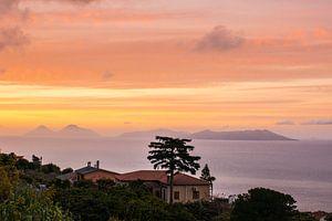 Zonsondergang boven de Liparische eilanden bij Sicilie
