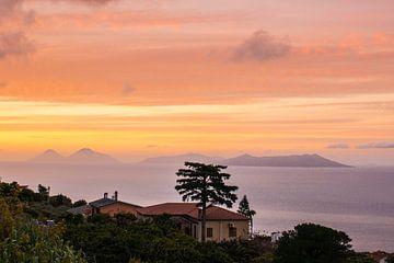 Zonsondergang boven de Liparische eilanden bij Sicilie van Ron Poot