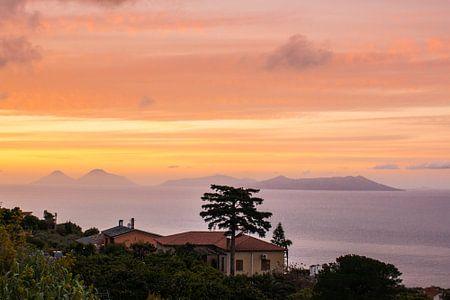 Sonnenuntergang über den Äolischen Inseln in Sizilien.