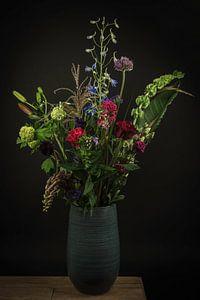 """Stilleven bloemen in een vaas: """"Bloemenpracht in blauw"""" van Marjolein van Middelkoop"""