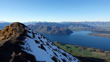 Vanaf Roys Peak uitzicht op Wanaka in Nieuw Zeeland van Aagje de Jong