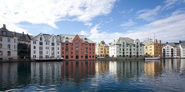Der Hafen von Alesund, Norwegen von Kees van Dun