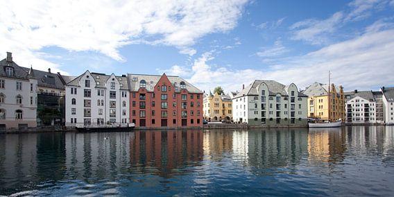 De haven van Alesund, Noorwegen van Kees van Dun