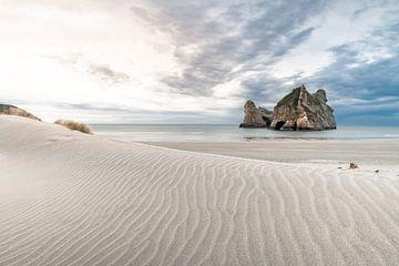 Sonnenuntergang an einem ruhigen Strand in Neuseeland von Niels Rurenga