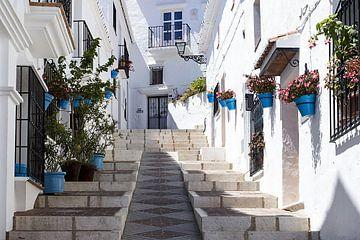 wit straatje in Andalusië van Antwan Janssen