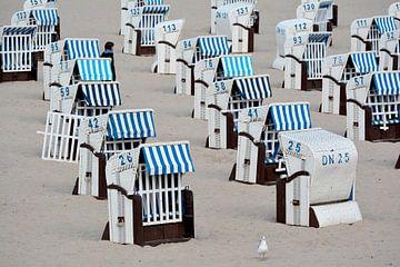 Strandstoelen op het strand van Heiligendamm van Heiko Kueverling