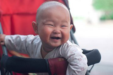 Portret van guitige Chinese baby von André van Bel