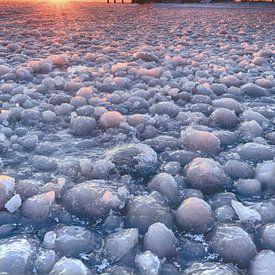 Vuurtoren Marken onder winterse omstandigheden van John Leeninga