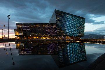 Harpa avec son reflet dans le port de Reykjavik sur