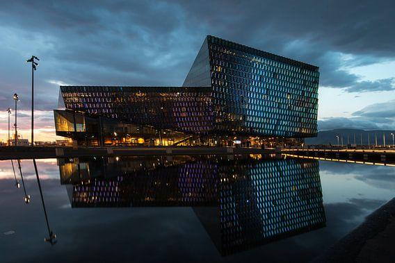 Harpa met zijn reflectie in de haven van Reykjavik
