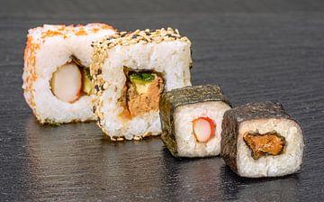 Sushi arrangement op steen van Achim Prill