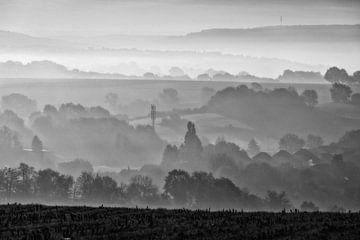 Nebliges Hügelland von Rob Boon