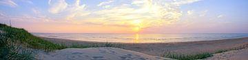 Zomerse zonsondergang panorama op het Noordzeestrand van Noord Holland bij Bloemendaal aan Zee van Sjoerd van der Wal