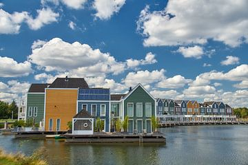 Maisons colorées au bord de l'eau sur Ad Jekel