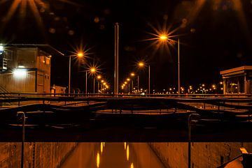 Nachts an einer Kanalschleuse von Norbert Sülzner