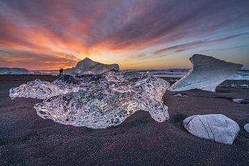 Fotografen im Hintergrund einiger großer Eisblöcke am Diamond Beach in der Nähe des Gletschers Lake  von Anges van der Logt