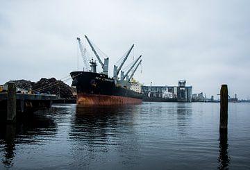 Vrachtschip in de haven van Amsterdam van scheepskijkerhavenfotografie