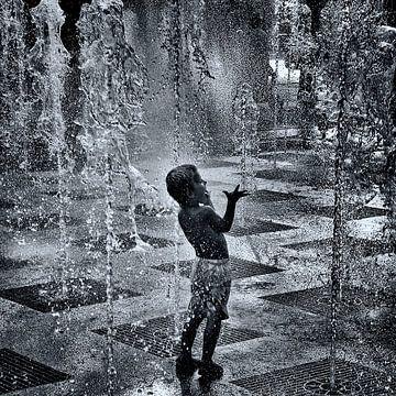 Kind spielt in dem Brunnen von Ipo Reinhold