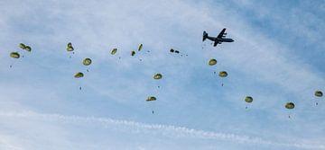 parachutisten dropping boven de ginkelse heide van Compuinfoto .