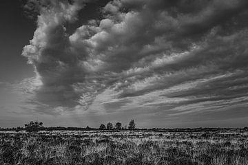 wolkenlucht in zwart/wit van Ina Muntinga
