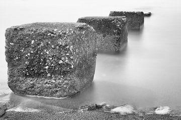 Betonblokken die de zee inlopen von Jan van der Vlies
